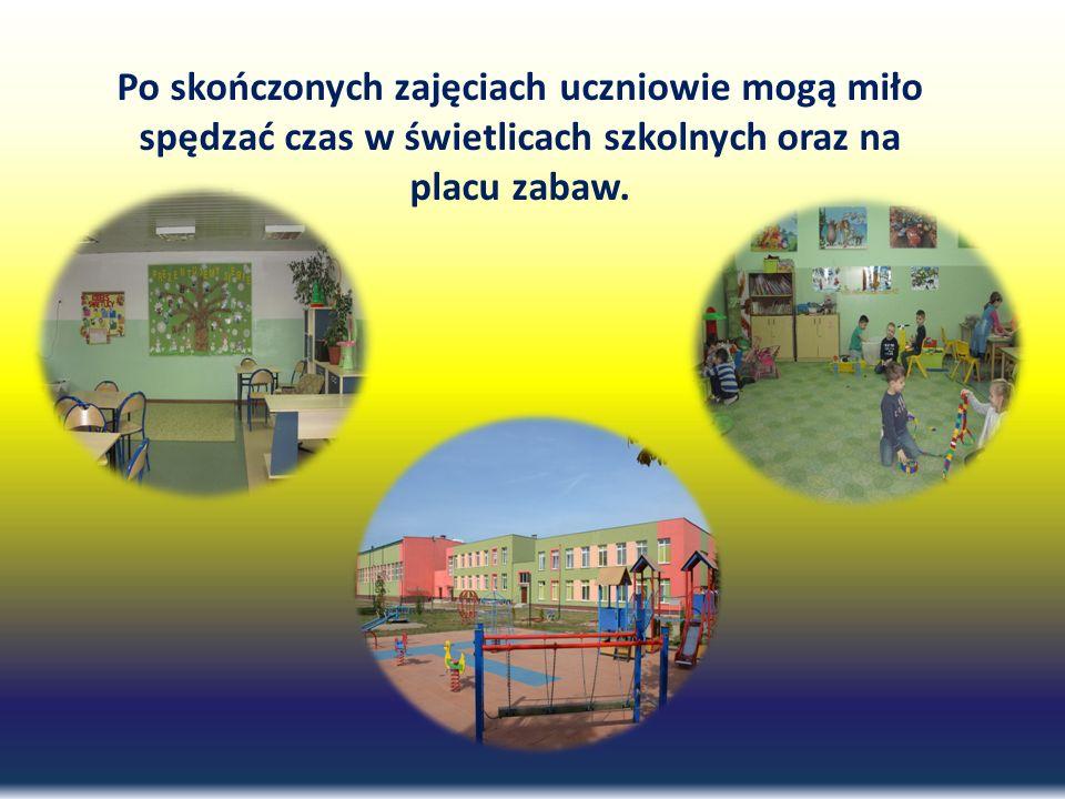 Po skończonych zajęciach uczniowie mogą miło spędzać czas w świetlicach szkolnych oraz na placu zabaw.