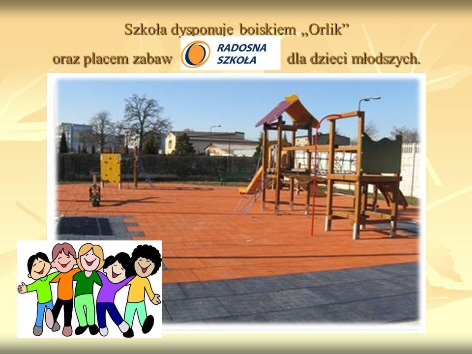 """Szkoła dysponuje boiskiem """"Orlik oraz placem zabaw dla dzieci młodszych."""