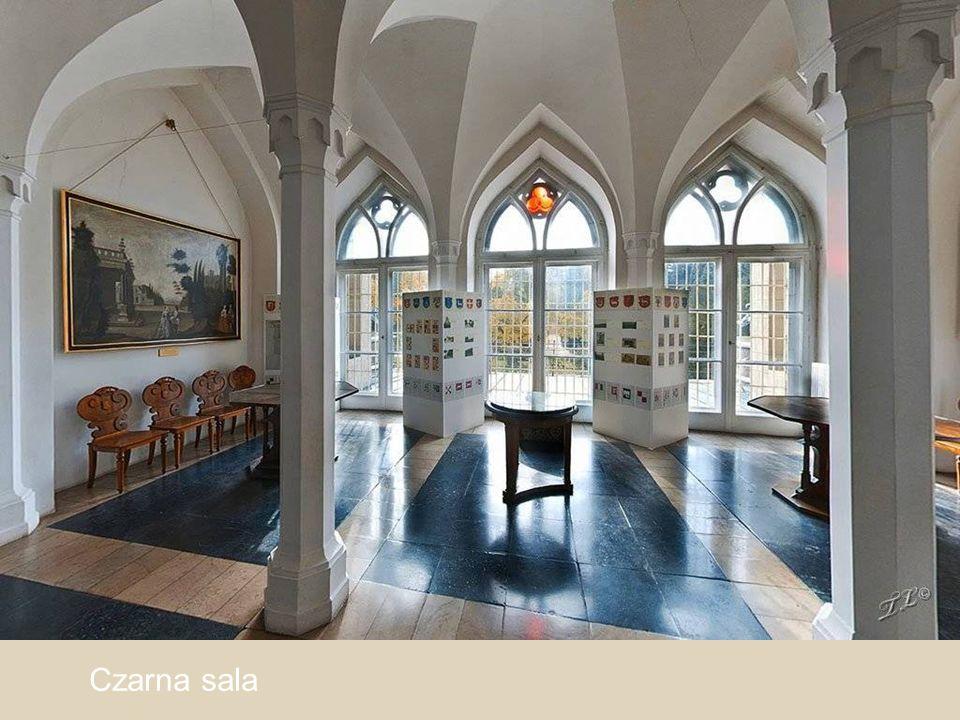 Kasetonowy strop w Sali Herbowej mieszczący w 71 skrzyńcach tarcze z herbami rycerstwa polskiego.