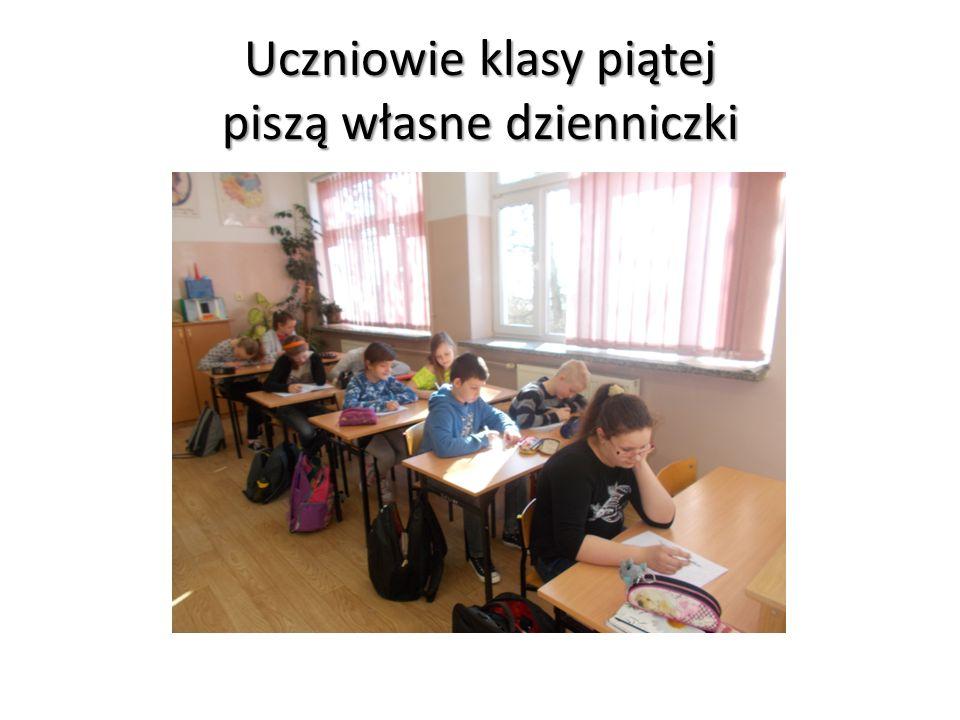 Uczniowie klasy piątej piszą własne dzienniczki