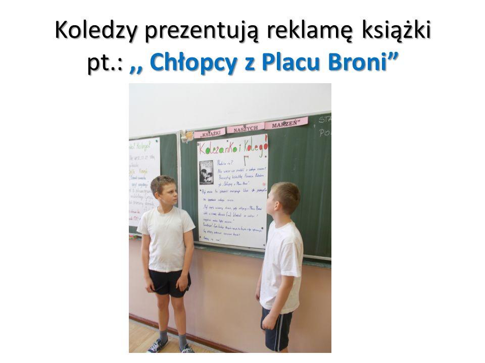 Koledzy prezentują reklamę książki pt.:,, Chłopcy z Placu Broni