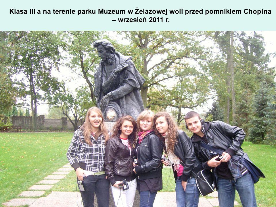 Klasa III a na terenie parku Muzeum w Żelazowej woli przed pomnikiem Chopina – wrzesień 2011 r.