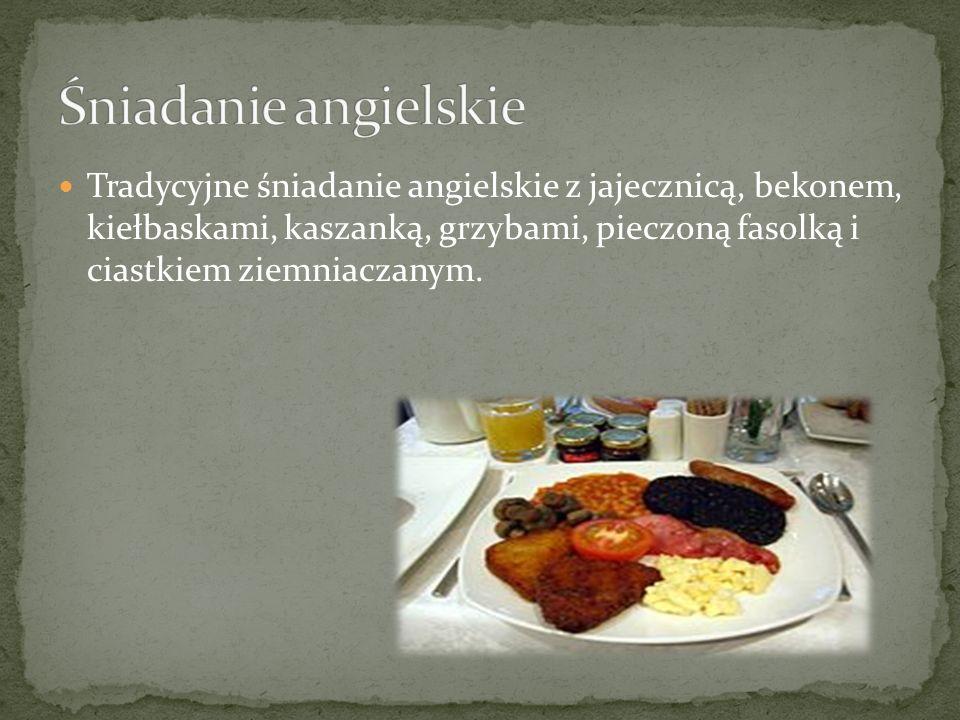 Tradycyjne śniadanie angielskie z jajecznicą, bekonem, kiełbaskami, kaszanką, grzybami, pieczoną fasolką i ciastkiem ziemniaczanym.