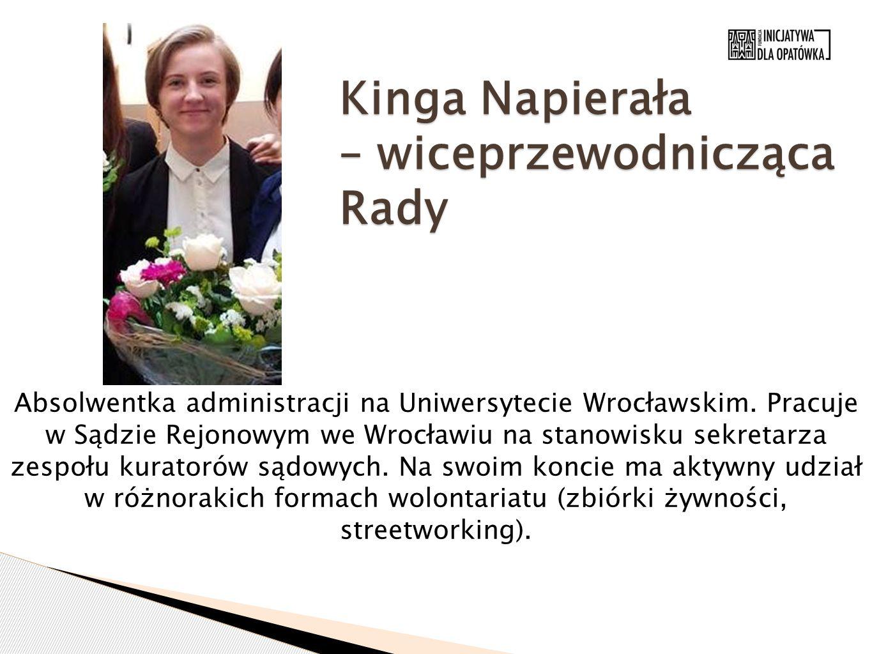 Kinga Napierała – wiceprzewodnicząca Rady Absolwentka administracji na Uniwersytecie Wrocławskim. Pracuje w Sądzie Rejonowym we Wrocławiu na stanowisk