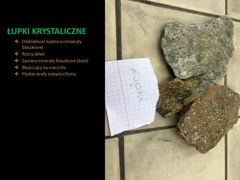 ŁUPKI KRYSTALICZNE  Oddzielność łupkowa (minerały blaszkowe)  Różny skład  Zawiera minerały blaszkowe (duże)  Błyszczący na wierzchu  Płytkie str