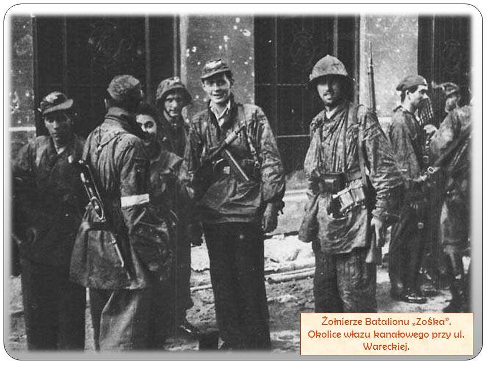"""Ż ołnierze Batalionu """"Zo ś ka"""". Okolice włazu kanałowego przy ul. Wareckiej."""