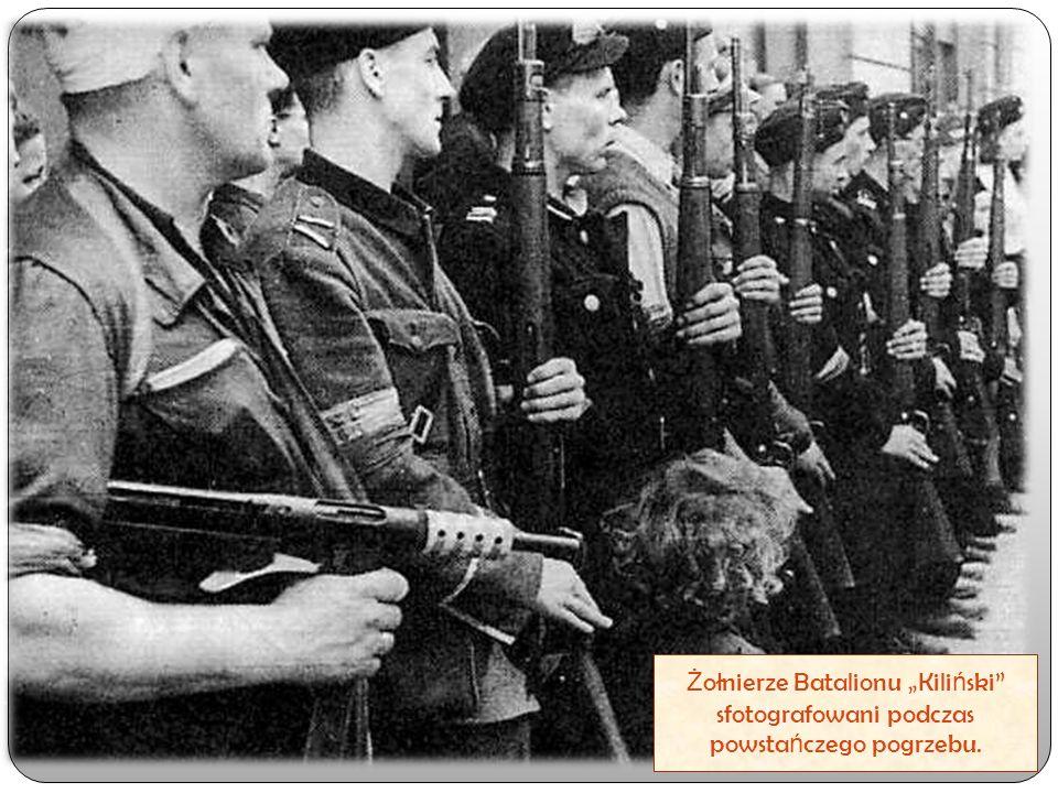 """Ż ołnierze Batalionu """"Kili ń ski"""" sfotografowani podczas powsta ń czego pogrzebu."""