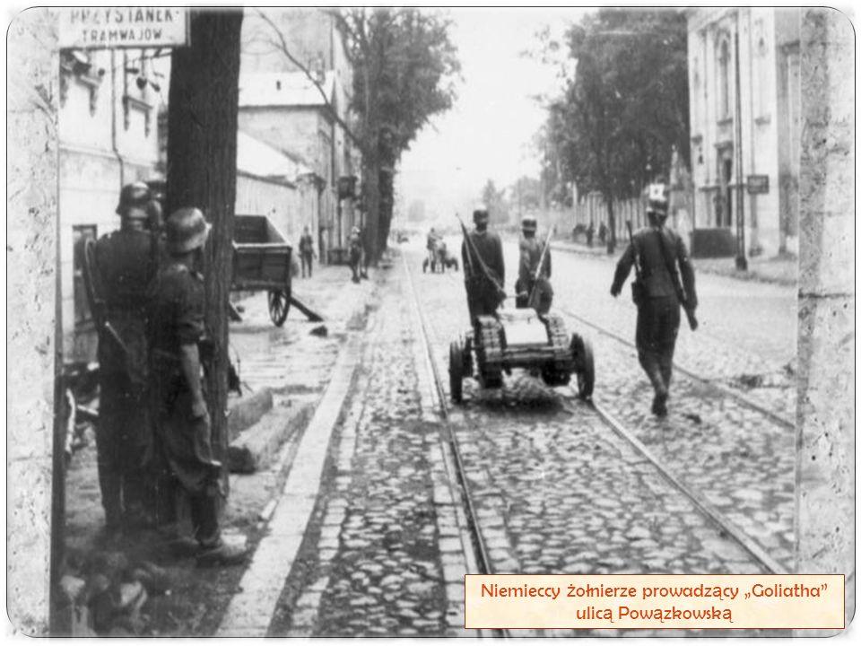 """Niemieccy ż ołnierze prowadz ą cy """"Goliatha"""" ulic ą Pow ą zkowsk ą"""