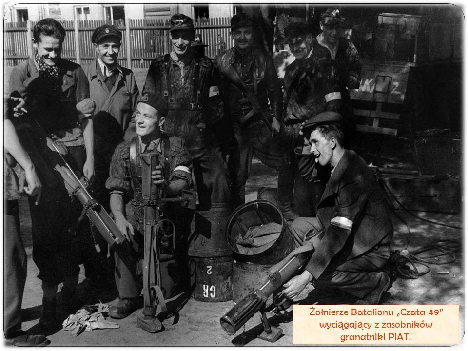"""Ż ołnierze Batalionu """"Czata 49"""" wyci ą gaj ą cy z zasobników granatniki PIAT."""