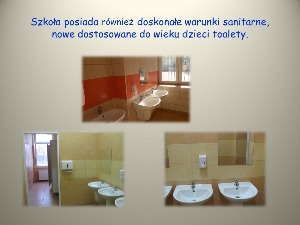 Szkoła posiada również doskonałe warunki sanitarne, nowe dostosowane do wieku dzieci toalety.