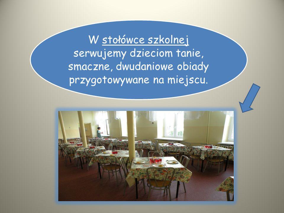 W stołówce szkolnej serwujemy dzieciom tanie, smaczne, dwudaniowe obiady przygotowywane na miejscu.