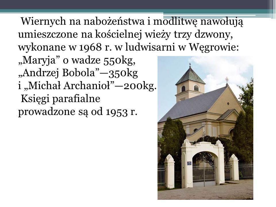 Wiernych na nabożeństwa i modlitwę nawołują umieszczone na kościelnej wieży trzy dzwony, wykonane w 1968 r.
