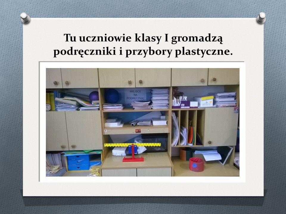 Tu uczniowie klasy I gromadzą podręczniki i przybory plastyczne.
