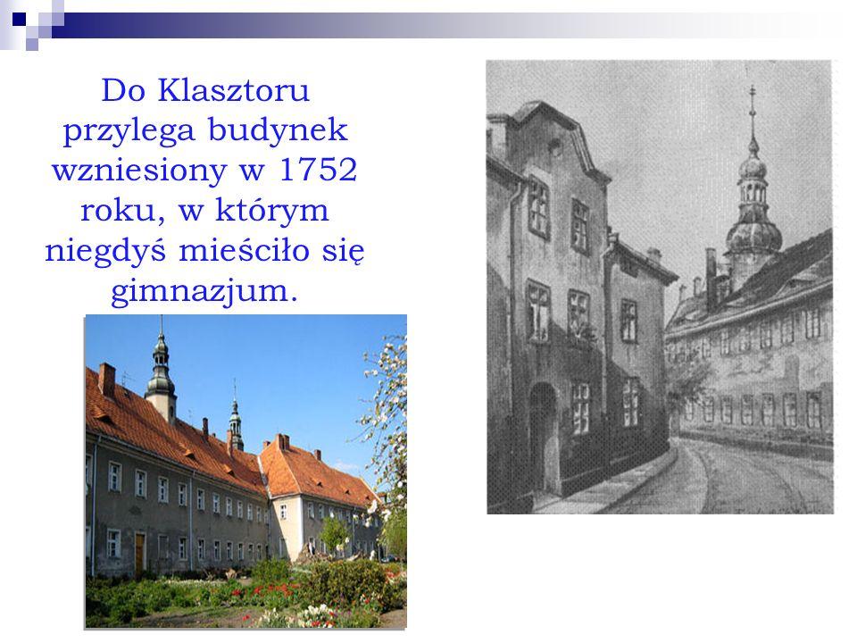 Do Klasztoru przylega budynek wzniesiony w 1752 roku, w którym niegdyś mieściło się gimnazjum.