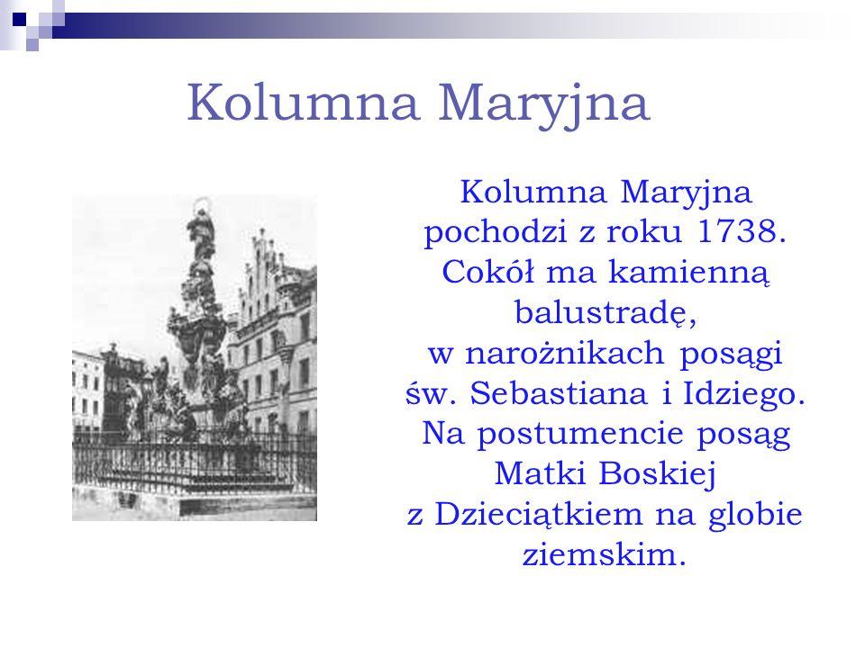 Kolumna Maryjna Kolumna Maryjna pochodzi z roku 1738. Cokół ma kamienną balustradę, w narożnikach posągi św. Sebastiana i Idziego. Na postumencie posą