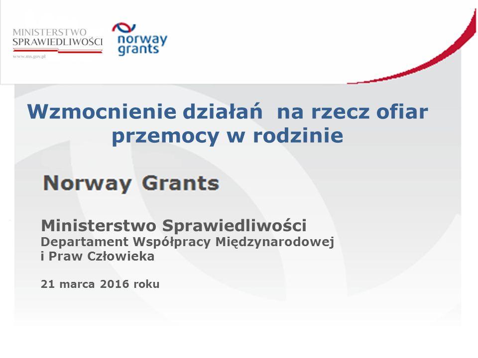 """Porozumienie w sprawie realizacji projektu 28 sierpnia 2013 roku doszło do podpisania Porozumienia między Ministerstwem Pracy i Polityki Społecznej a Ministerstwem Sprawiedliwości w sprawie realizacji projektu predefiniowanego """"Wzmocnienie działań na rzecz ofiar przemocy w rodzinie w ramach Programu Operacyjnego """"Przeciwdziałanie Przemocy w Rodzinie i Przemocy ze względu na płeć , współfinansowanego ze środków Norweskiego Mechanizmu Finansowego na lata 2009-2014"""