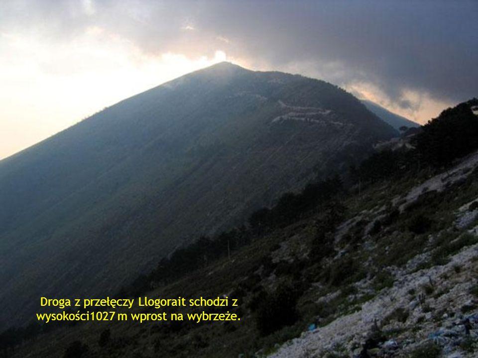Droga z przełęczy Llogorait schodzi z wysokości1027 m wprost na wybrzeże.