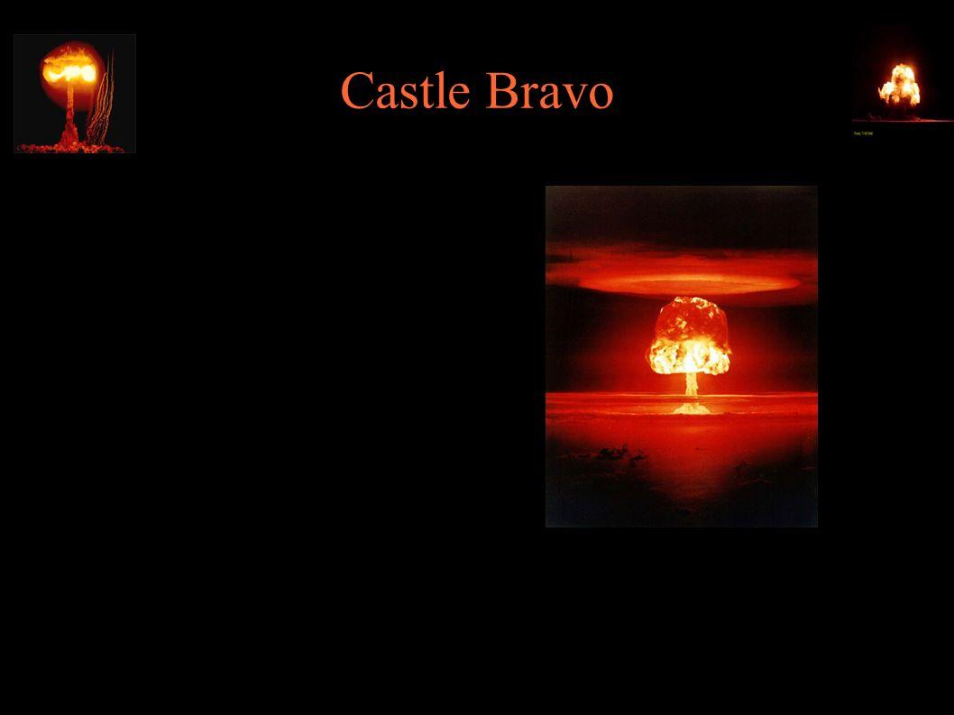 Castle Bravo ● Największy test jądrowy USA (siódmy na świecie) ● Grzyb osiągnął 40km wysokości, 100km średnicy ● Krater średnicy 2km, 80m głębokości ● Przez 11h ewakuacja bunkra kontrolnego była niemożliwa z powodu opadu
