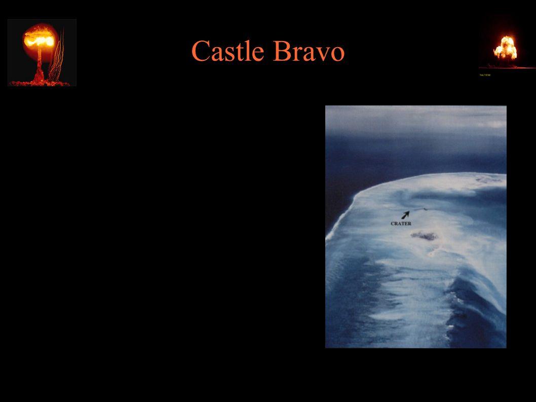 """Castle Bravo ● Wiele osób zostało napromieniowanych: ● personel amerykański ● ponad 150 tubylców Wysp Marshalla (w odległości 180km) ● załoga japońskiego trawlera """"Daigo Fukuryu Maru (Szczęśliwy Smok 5) ● Jeden z członków japońskiej załogi zmarł"""