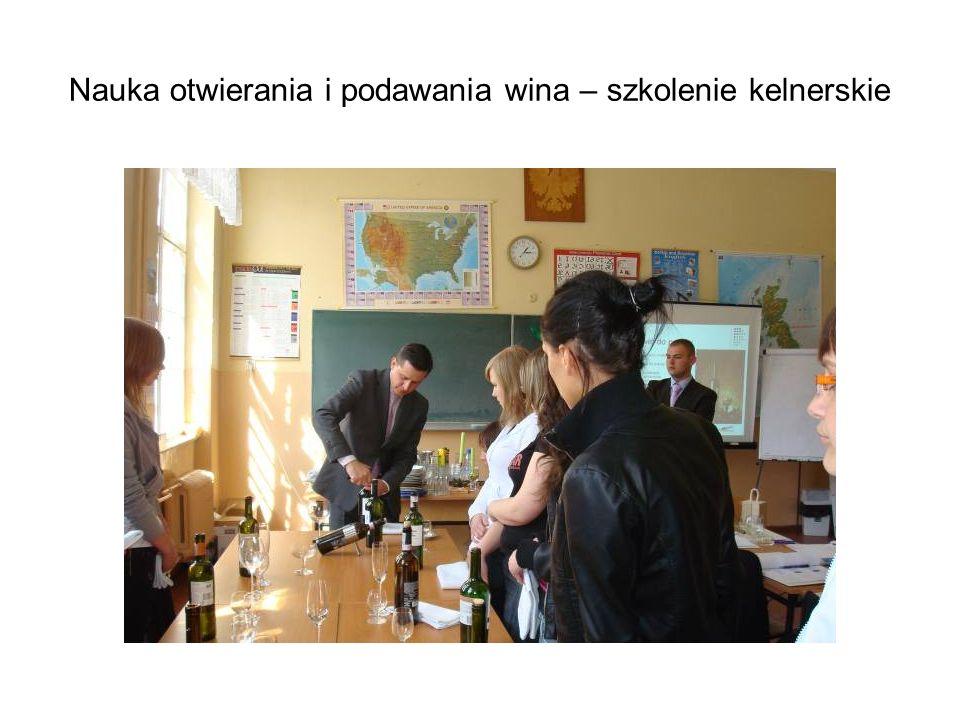 Nauka otwierania i podawania wina – szkolenie kelnerskie