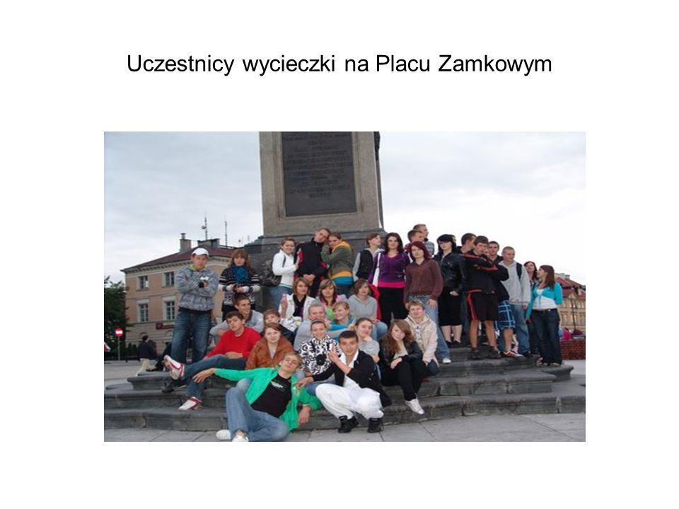 Uczestnicy wycieczki na Placu Zamkowym