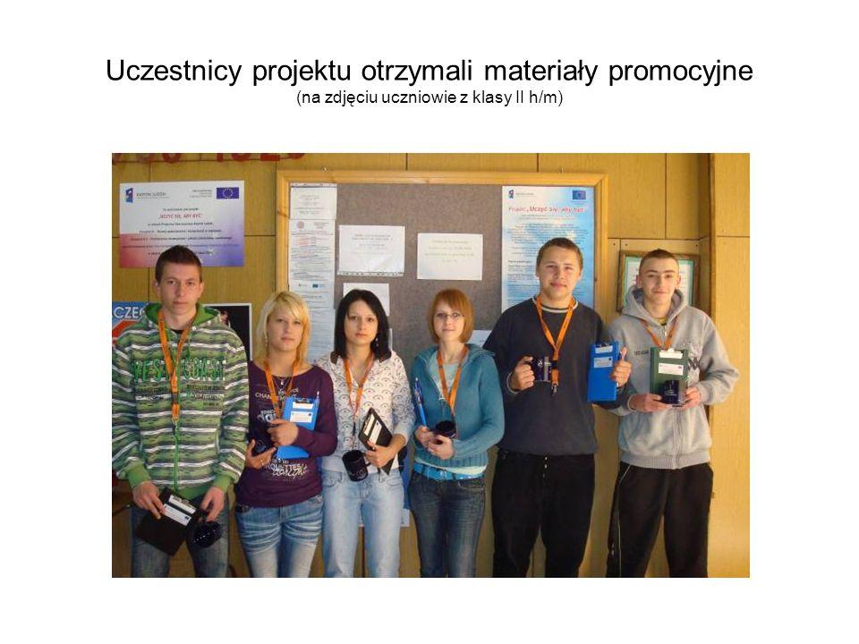 Uczestnicy projektu otrzymali materiały promocyjne (na zdjęciu uczniowie z klasy II h/m)