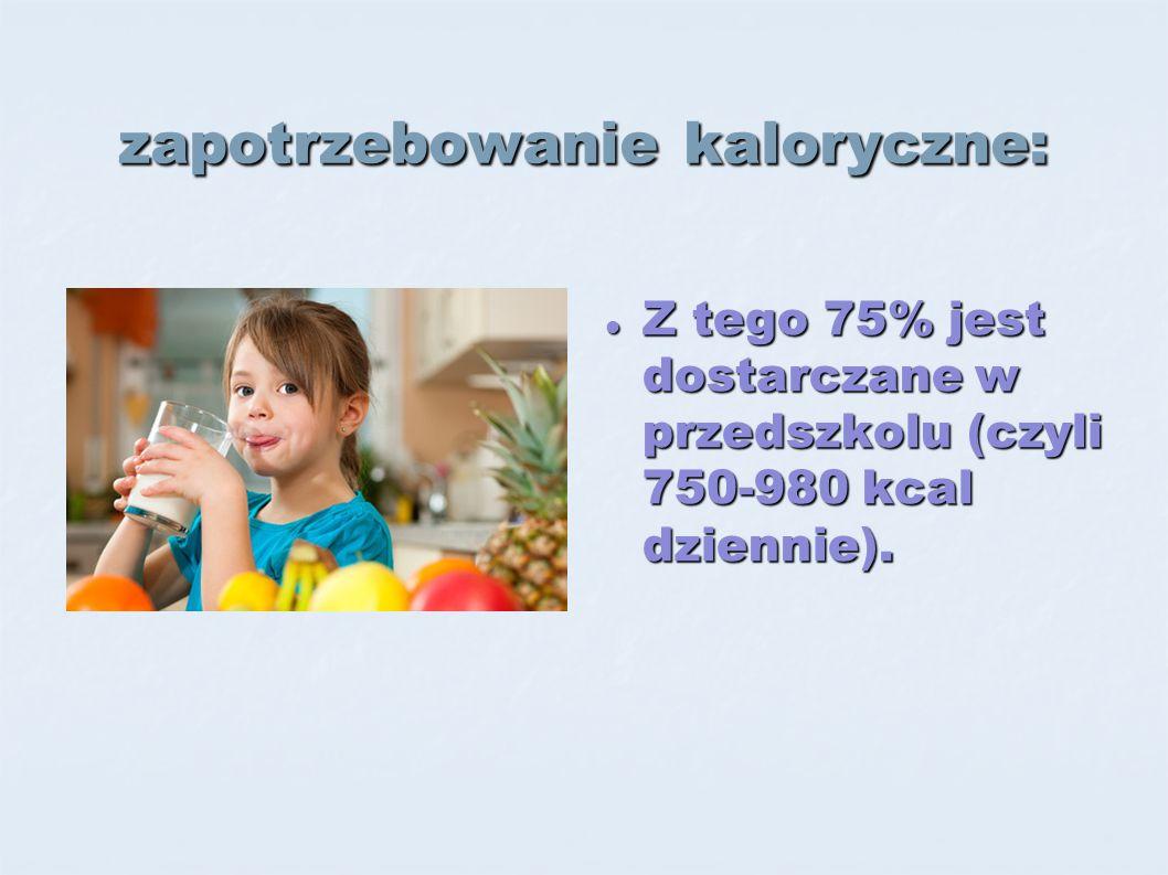 zapotrzebowanie kaloryczne: Z tego 75% jest dostarczane w przedszkolu (czyli 750-980 kcal dziennie).