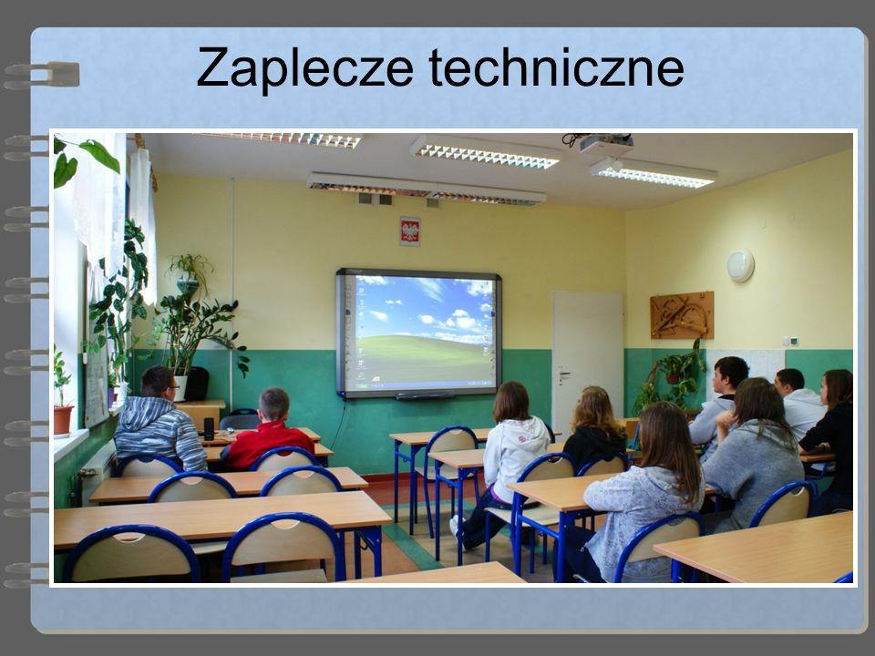 Zaplecze techniczne Szkoła dysponuje ponadto : 3 salami z projektorami multimedialnymi (dwie z nich są wyposażone w tablice interaktywne) 2 mobilnymi projektorami multimedialnymi 2 pracowniami komputerowymi 1 pracownią językową