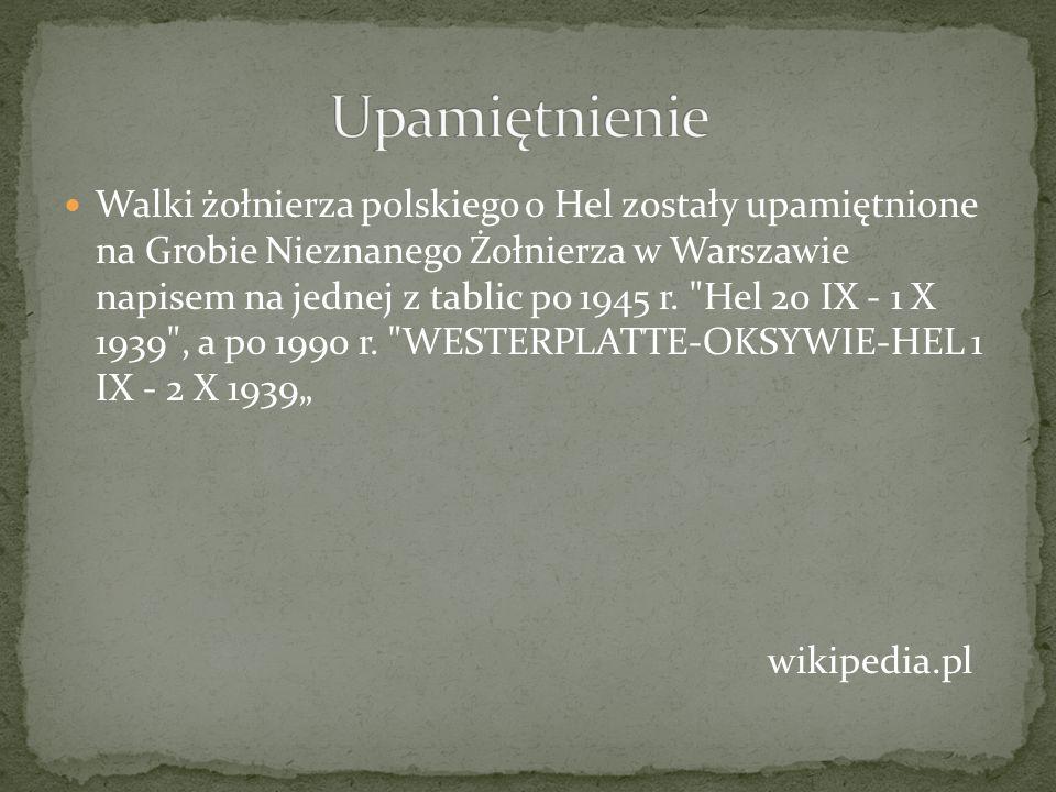 Walki żołnierza polskiego o Hel zostały upamiętnione na Grobie Nieznanego Żołnierza w Warszawie napisem na jednej z tablic po 1945 r.