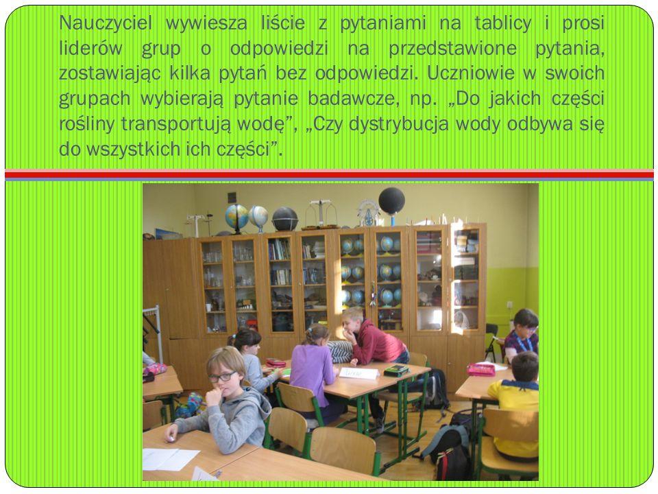 Nauczyciel wywiesza liście z pytaniami na tablicy i prosi liderów grup o odpowiedzi na przedstawione pytania, zostawiając kilka pytań bez odpowiedzi.
