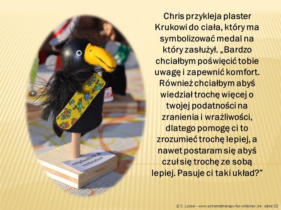 Chris przykleja plaster Krukowi do ciała, który ma symbolizować medal na który zasłużył.