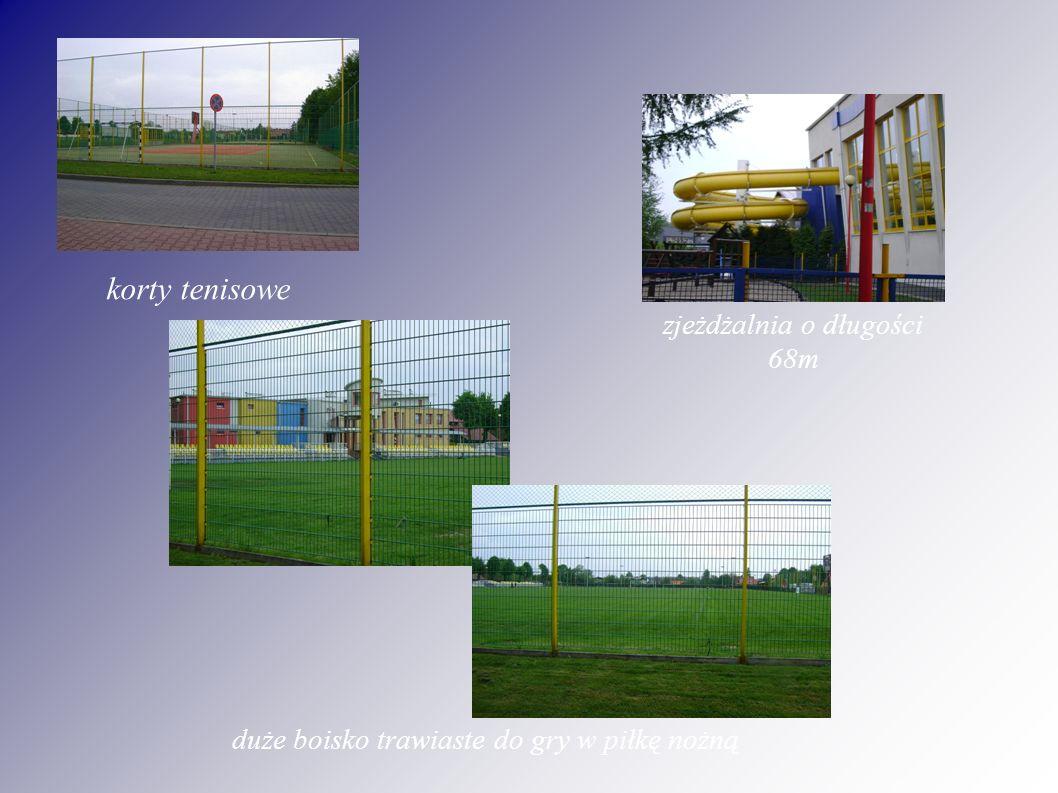 korty tenisowe zjeżdżalnia o długości 68m duże boisko trawiaste do gry w piłkę nożną