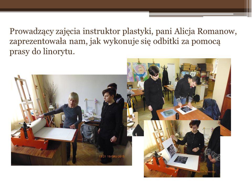 Prowadzący zajęcia instruktor plastyki, pani Alicja Romanow, zaprezentowała nam, jak wykonuje się odbitki za pomocą prasy do linorytu.