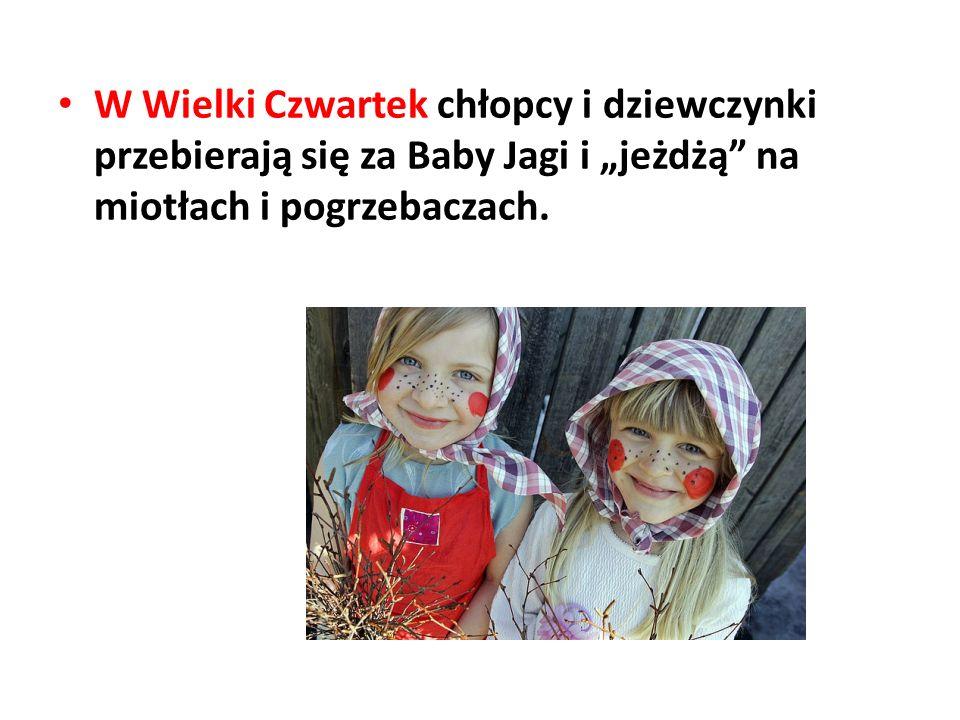 """W Wielki Czwartek chłopcy i dziewczynki przebierają się za Baby Jagi i """"jeżdżą"""" na miotłach i pogrzebaczach."""