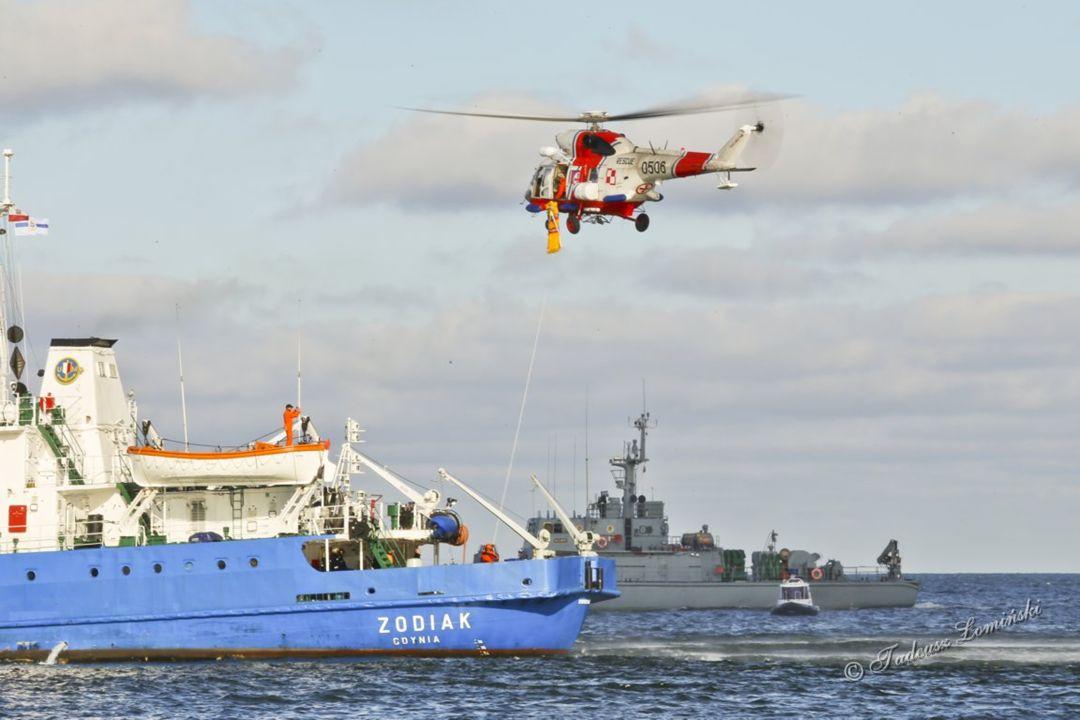 Działania ratownicze odbyły się z udziałem helikoptera oraz jednostek SAR. Z helikoptera Anakonda W-3RM na pokład m/s ZODIAK opuszczono ratownika i no