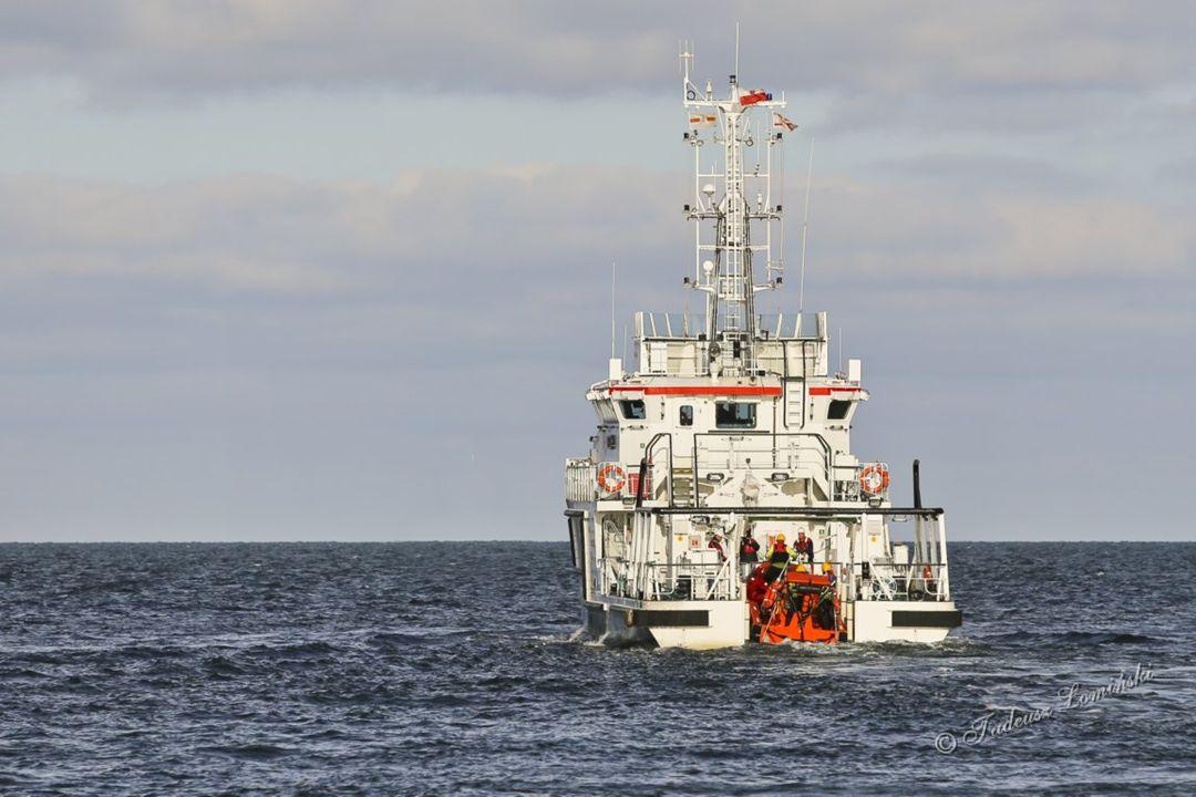 Następne ćwiczenie polegało na podjęciu rozbitka z wody przez łódź FRB ( Fast Rescue Boat), a następnie wjeździe łodzią na slip okrętu ratowniczego SZTORM typu SAR 3000