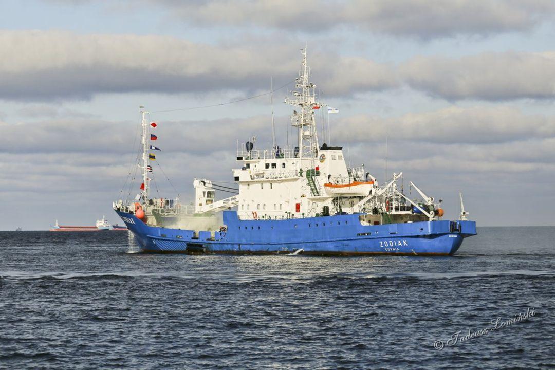 Kolejnym etapem ćwiczeń było gaszenie pożaru na m/s ZODIAK po ewakuacji ludzi ze statku.