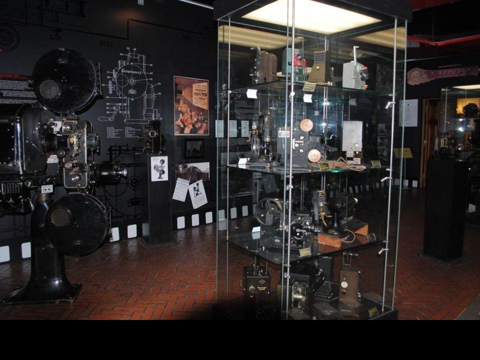 W zbiorach muzeum znajdują się unikatowe urządzenia z okresu poprzedzającego wynalazek kina: latarnie magiczne, stereoskopy, zabawki optyczne; prawdziwą perłą między nimi jest oryginalny dziewiętnastowieczny fotoplastykon.
