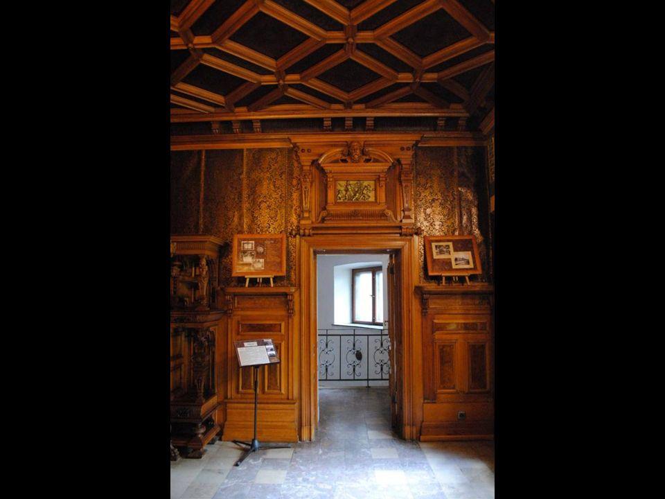 Na ścianach znajdują się boazerie i imitacje kurdybanów, wzorzyste tapety i malowidła.