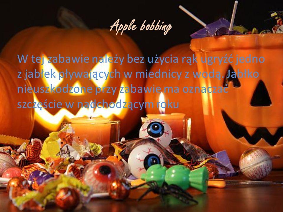 Apple bobbing W tej zabawie należy bez użycia rąk ugryźć jedno z jabłek pływających w miednicy z wodą. Jabłko nieuszkodzone przy zabawie ma oznaczać s