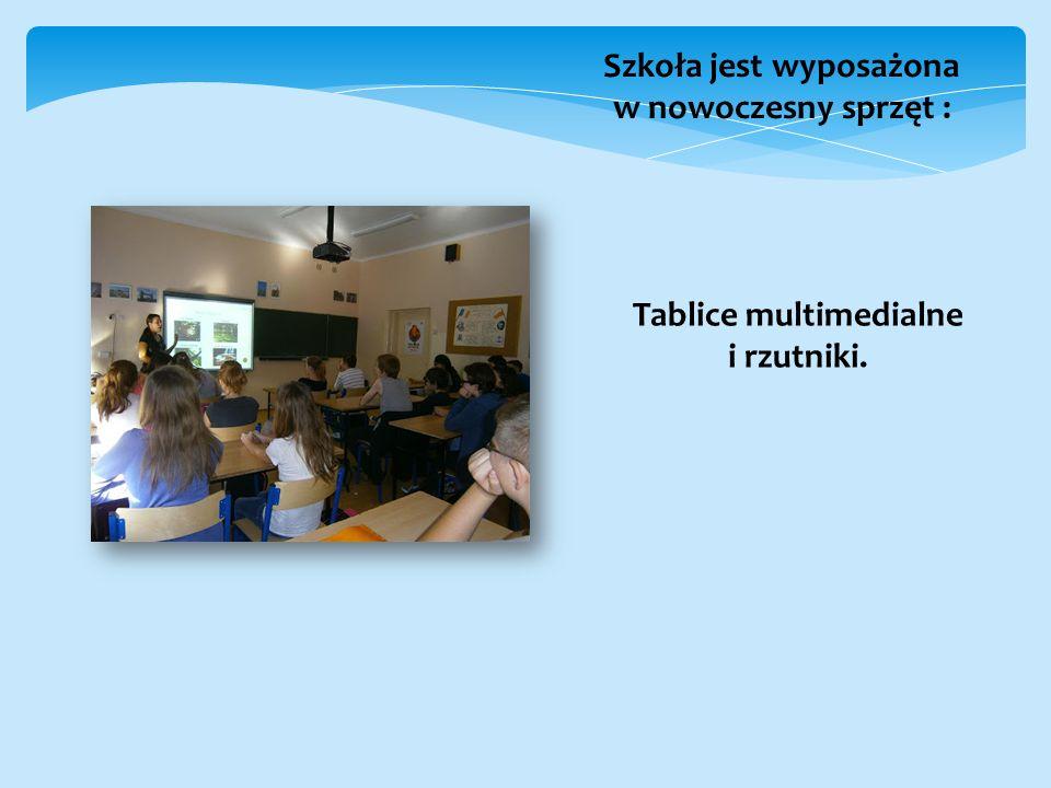 Szkoła jest wyposażona w nowoczesny sprzęt : Tablice multimedialne i rzutniki.