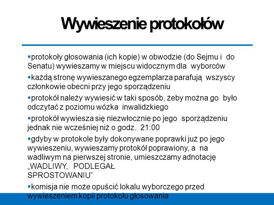 Wywieszenie protokołów  protokoły głosowania (ich kopie) w obwodzie (do Sejmu i do Senatu) wywieszamy w miejscu widocznym dla wyborców  każdą stronę wywieszanego egzemplarza parafują wszyscy członkowie obecni przy jego sporządzeniu  protokół należy wywiesić w taki sposób, żeby można go było odczytać z poziomu wózka inwalidzkiego  protokół wywiesza się niezwłocznie po jego sporządzeniu jednak nie wcześniej niż o godz.