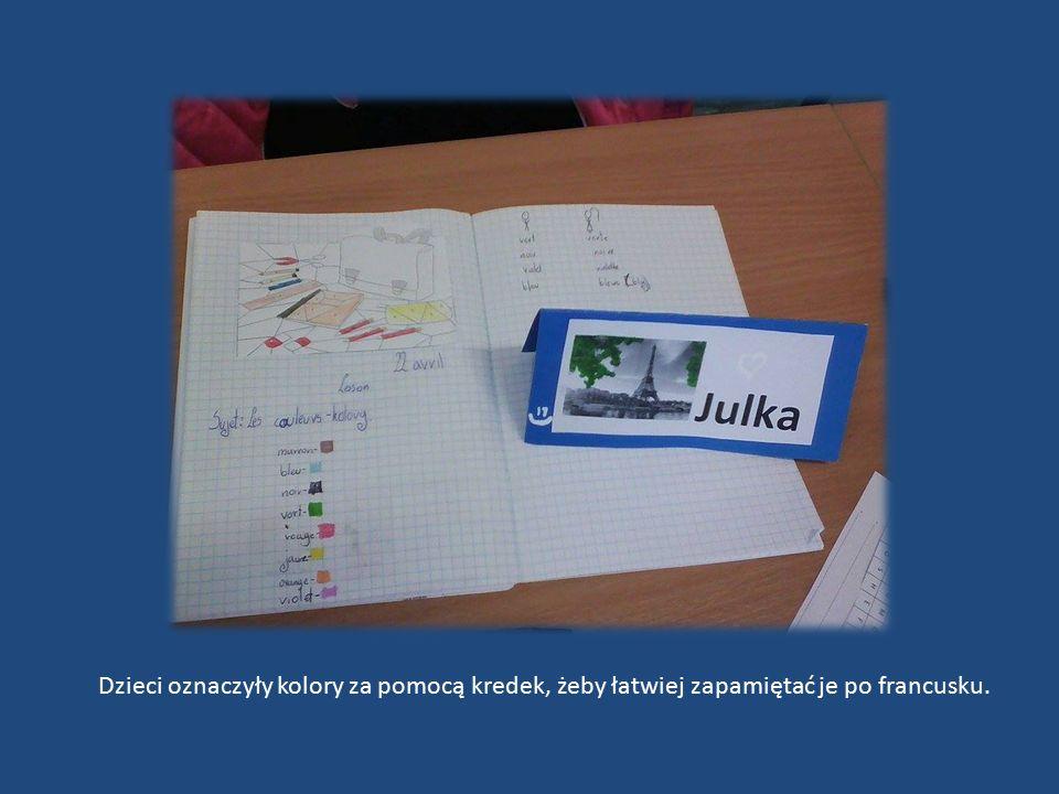 Dzieci oznaczyły kolory za pomocą kredek, żeby łatwiej zapamiętać je po francusku.