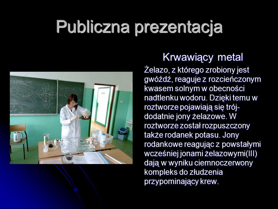 Publiczna prezentacja Krwawiący metal Żelazo, z którego zrobiony jest gwóźdź, reaguje z rozcieńczonym kwasem solnym w obecności nadtlenku wodoru.