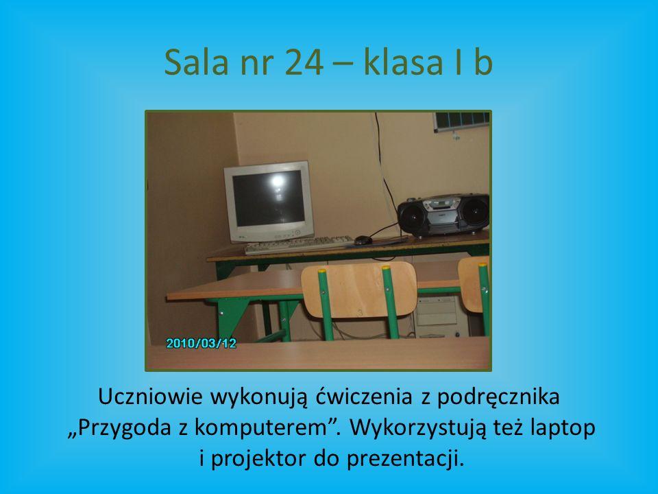 """Sala nr 24 – klasa I b Uczniowie wykonują ćwiczenia z podręcznika """"Przygoda z komputerem ."""