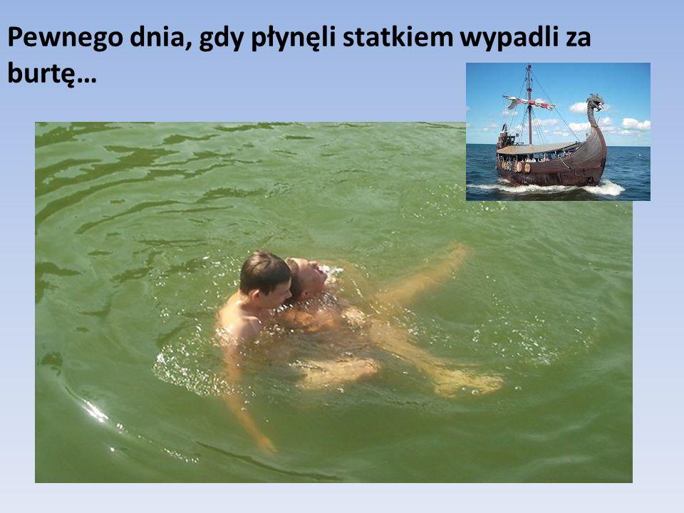 Pewnego dnia, gdy płynęli statkiem wypadli za burtę…
