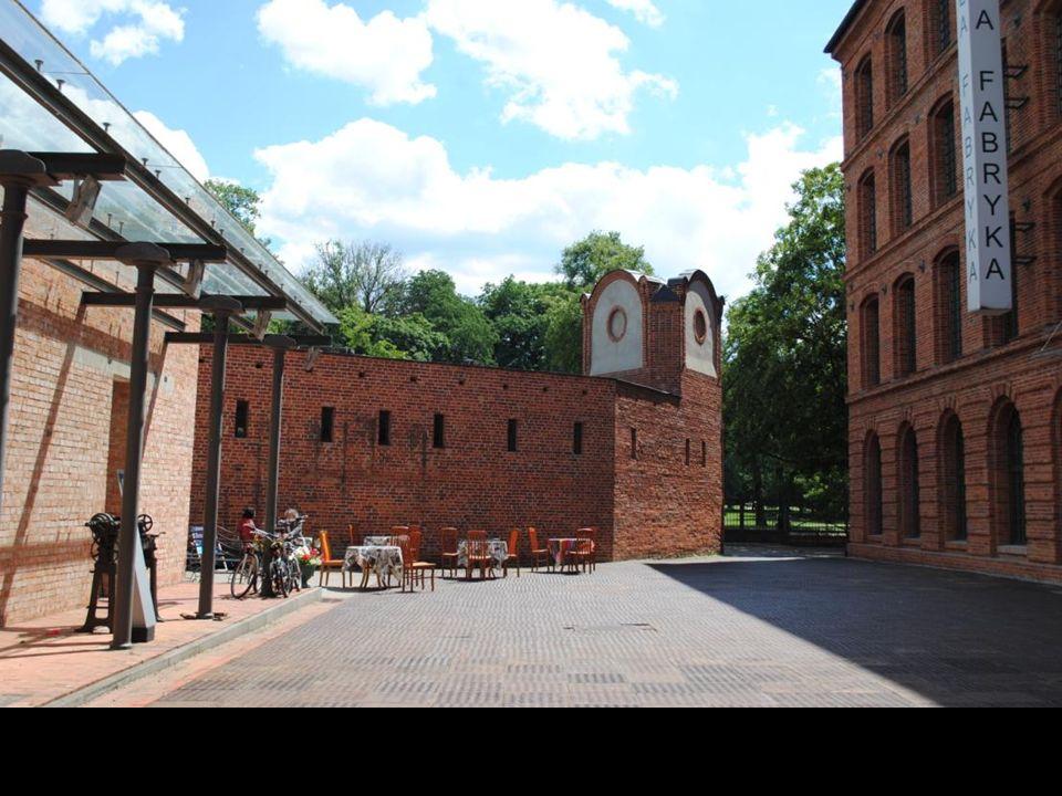 Biała Fabryka to okazały kompleks klasycystycznych budynków, jeden z najpiękniejszych w Polsce zabytków architektury przemysłowej.