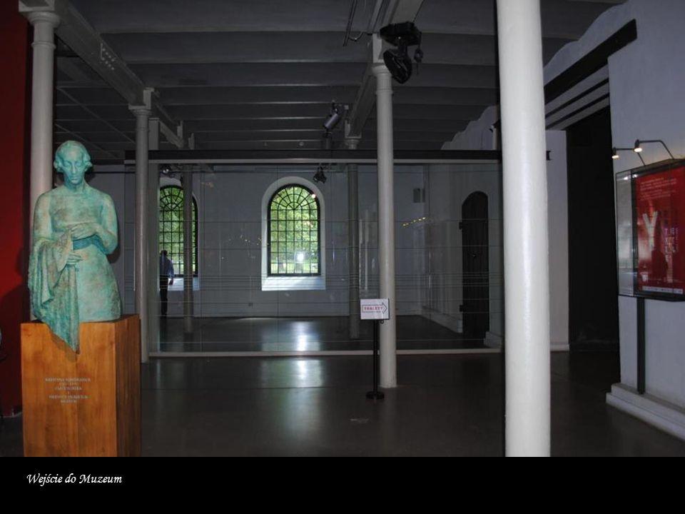 W kompleksie klasycystycznych budynków, w którym znajdowała się pierwsza w Łodzi mechaniczna przędzalnia można oglądać narzędzia, maszyny włókiennicze, tkaniny historyczne i współczesne oraz ubiory.