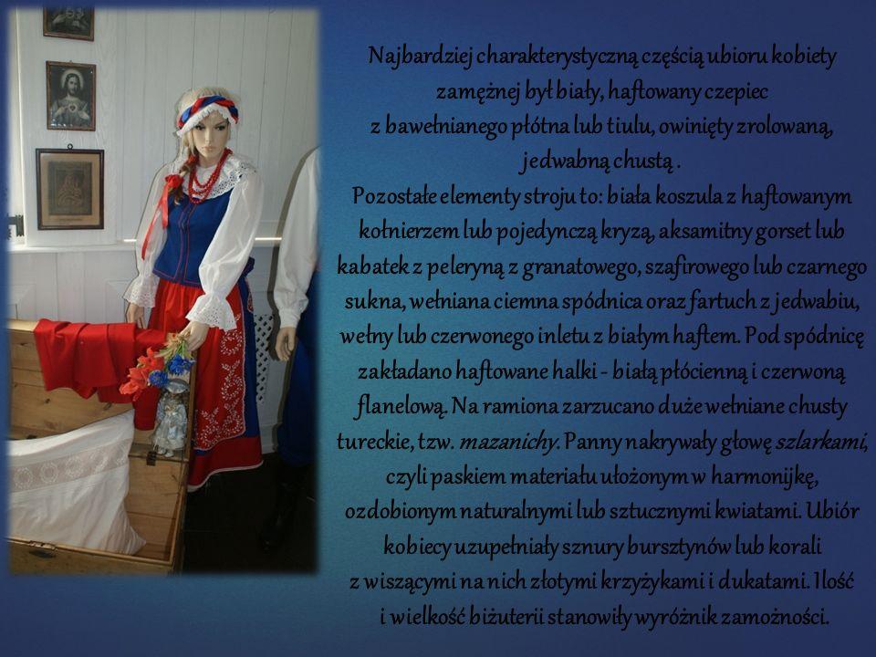 Najbardziej charakterystyczną częścią ubioru kobiety zamężnej był biały, haftowany czepiec z bawełnianego płótna lub tiulu, owinięty zrolowaną, jedwab