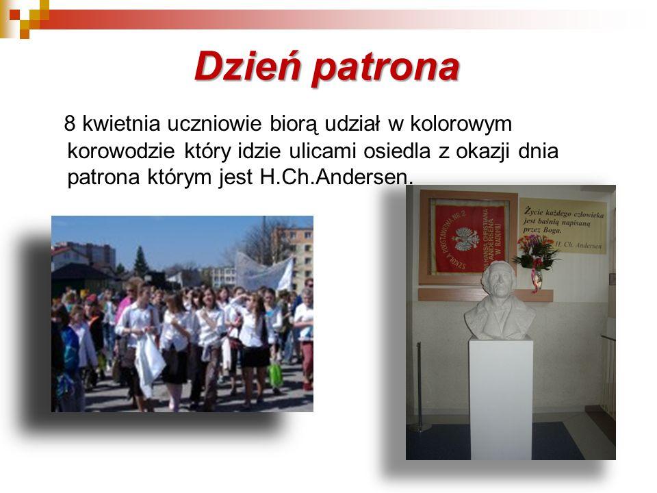 Dzień patrona 8 kwietnia uczniowie biorą udział w kolorowym korowodzie który idzie ulicami osiedla z okazji dnia patrona którym jest H.Ch.Andersen.